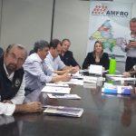À direita, Os Prefeitos Roque, Iad, Ricardo e Farelo. Depois a Presidente Silvana, em pé o Prefeito Peta e a Prefeita Zilase.